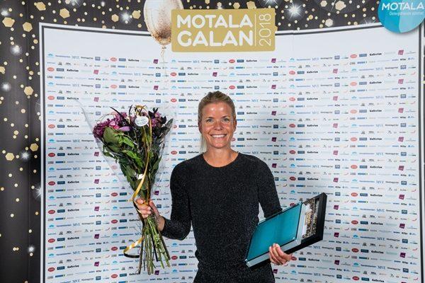 Josefine Swärm framför fotoväggen