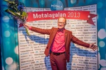 Håkan Lindblad framför fotoväggen