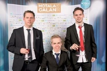 Medlemmar i Team Motala / BTK Väster framför fotoväggen