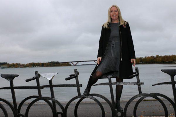 Therese Lundqvist med Motalabron i bakgrunden
