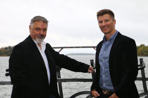 Två män från Emanuelssons Transporter med Motalabron i bakgrunden