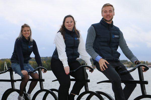 Tre personer från Städarna i Motala sitter på cykelstaty
