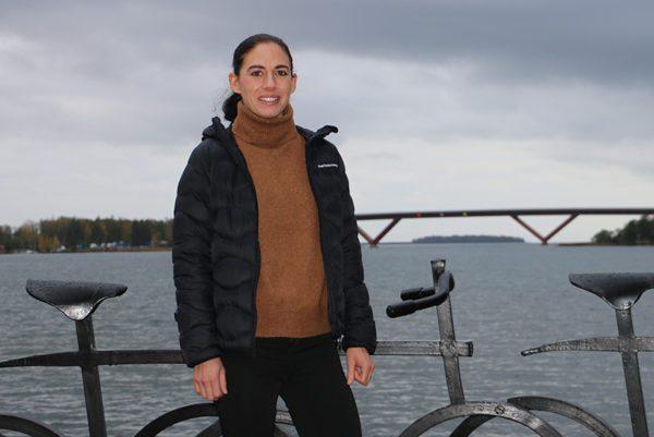 Johanna Eriksson med Motalabron i bakgrunden