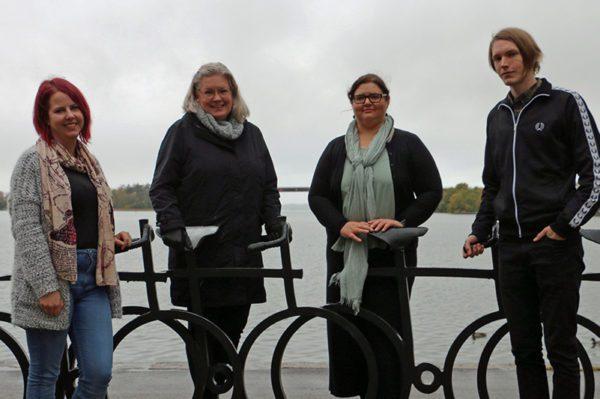 4 personer från Motala Bibliotek framför cykelstaty