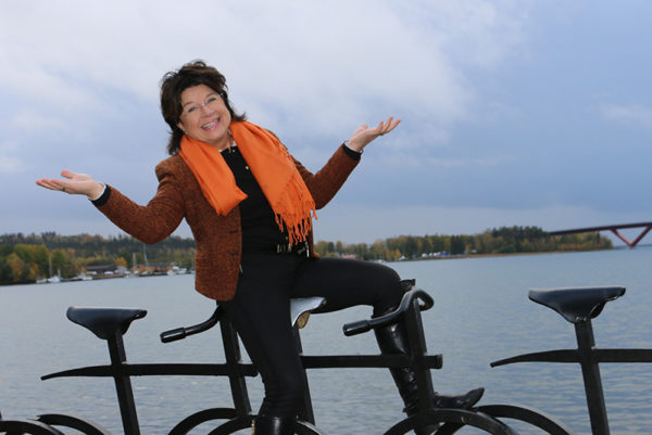 Carina Eriksson med Motalabron i bakgrunden