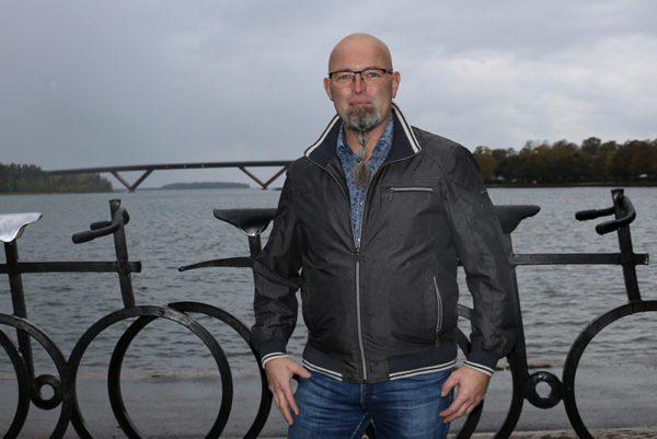 Mikael Englöf med Motalabron i bakgrunden