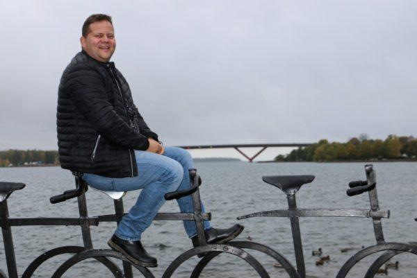 Porträtt av Joakim Ragnar med Motalabron i bakgrunden