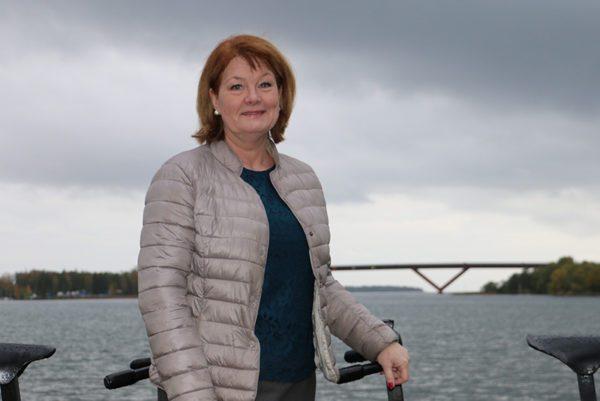 Kvinna från Svecia Travels med Motalabron i bakgrunden